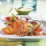 salmon a la parrilla con pomelo rosa y nueces