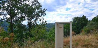puerta abierta en el campo