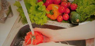Unas manos lavan unas verduras