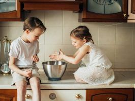 Niño y niña en la cocina