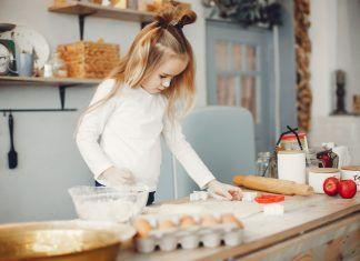Niña pequeña cocinando