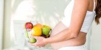 Mujer embarazada con un frutero