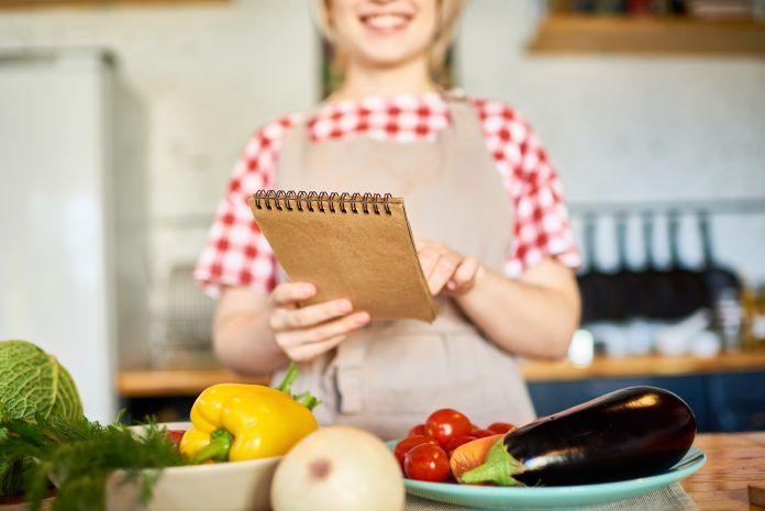 Chica leyendo una receta