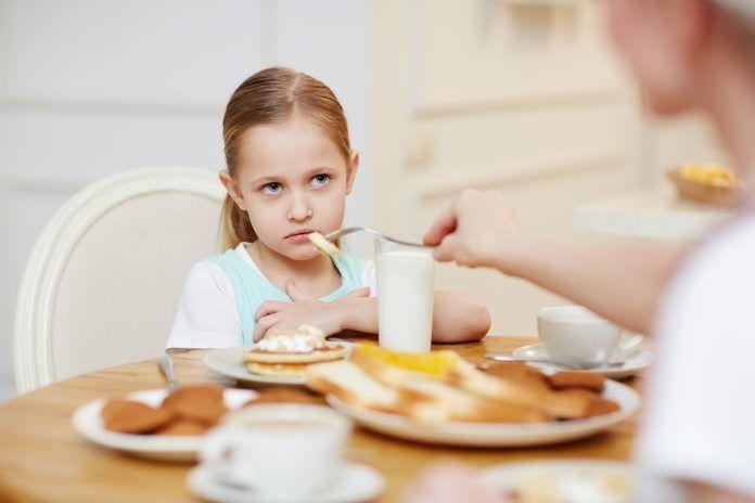 Niña pequeña rechaza comer