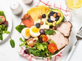 Plato con alimentos proteicos y ensalada