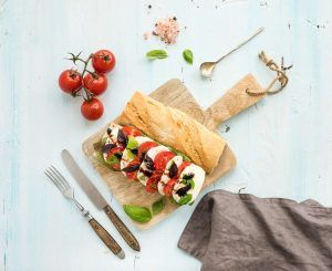 bocadillo con albahaca, queso y tomate