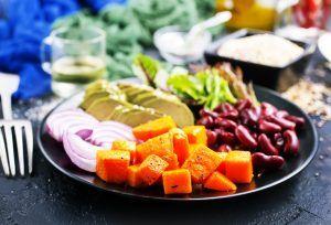 plato con vegetales y legumbres