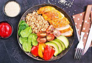 Plato con vegetales, quinoa y pollo