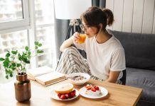 Chica desayunando