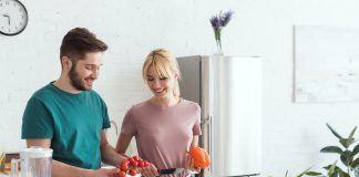 Pareja cocinando vegetales