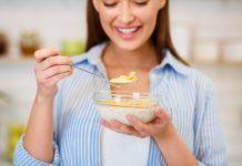mujer comiendo yogur con cereales