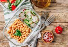 Tupper saludable con garbanzos y ensalada