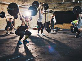 Gente levantando pesas en un gimnasio