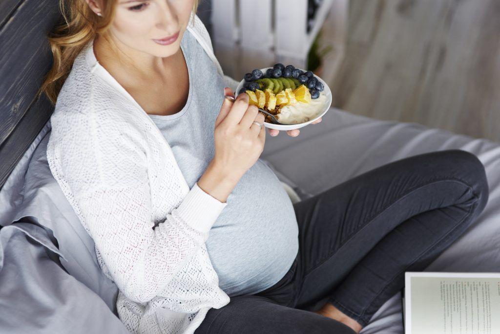 mujer embarazada comiendo