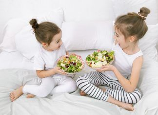 Niñas comiendo ensalada